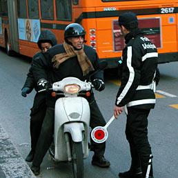 Non è corruzione offrire 5 euro all'agente per evitare il sequestro del motorino (Fotogramma)