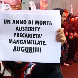 La manifestazione di protesta durante l'incontro di Monti all'Università Bocconi di Milano (Ansa)
