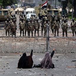 Egitto, esercito spara contro corteo: oltre 50 morti, 435 feriti. Decreto per elezioni entro sei mesi - Impasse sul premier a interim - Foto
