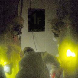 Tecnici al lavoro per arginare le radiazioni (Ap Photo)