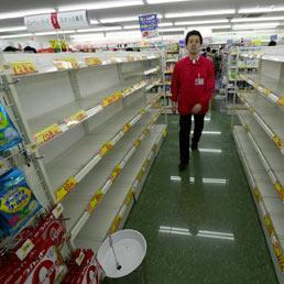 In Giappone nuove forti scosse di terremoto. Caccia alle scorte alimentari (Afp)