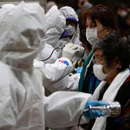 Omissioni e scandali nel passato della Tepco, radiografia del colosso proprietario di Fukushima. Nella foto alcuni evacuati vengono sottoposti a controlli per rilevare eventuali contaminazioni dalle radiazioni (AP Photo)