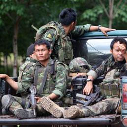 Militari tailandesi si spostano per rinforzare il confine con la Cambogia dopo uno scontro ai confini del ditretto di Phanom Dong Rak (Epa)