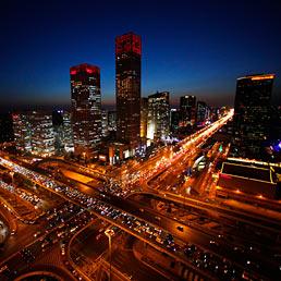 Tra una settimana saremo 7 miliardi di persone al mondo. Ecco perch� non si trova mai parcheggio. Nella foto una veduta notturna del centro di Beijing, in Cina (Reuters)