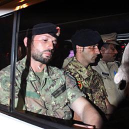Caso mar�: un esperto italiano sbugiarda gli indiani. Nella foto Massimiliano Latorre e Salvatore Girone a bordo di una camionetta della polizia indiana (Epa)