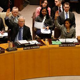 Nella foto i membri del Consiglio di sicurezza dell'Onu di Regno Unito e Stati Uniti mentre votano il via libera all'estensione delle sanzioni contro la Corea del Nord (Reuters)