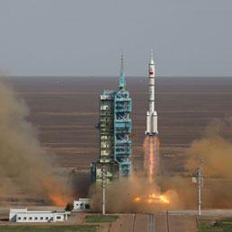 """Il momento del distacco dal Suolo del razzo vettore cinese Senzhou 10, """"Lunga Marcia"""" in italiano"""