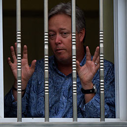 Nella foto Chip Starnes prigioniero nell'ufficio della sua fabbrica in Cina (AFP Photo)
