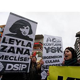 Turchia, candidati curdi esclusi dal voto, dopo un morto Ankara ci ripensa. Nella foto una manifestazione di protesta contro l'esclusione dei candidati curdi dalle elezioni (Reuters)
