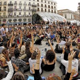 """In Spagna irrompono sulla scena gli """"indignados"""" di Movimento 15M"""