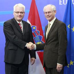 Il presidente del Consiglio europea Herman Van Rompuy (a destra) saluta il Presidente croato Ivo Josipovic prima dell'incontro dell'Unione Europea, 8 giugno 2011 (EPA/OLIVIER HOSLET)