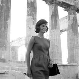 Jacqueline Kennedy davanti al Partenone. Giugno 1961 (AP)
