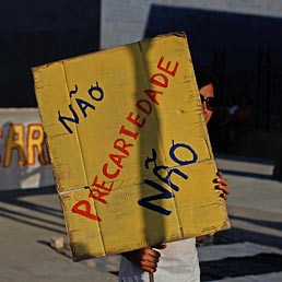 Lisbona presenta il nuovo piano di austerity: sale l'Iva e aumenta l'orario di lavoro del pubblico impiego. Nella foto le proteste contro il piano di austerità del Governo portoghese davanti al ministero delle Finanze a Lisbona (Reuters)