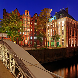 Una veduta delle abitazioni dal ponte Brookfleet-Brucke e Teekontor ad Amburgo, in Germania (Marka)
