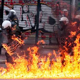 Grecia, la destra non firmerà l'accordo di austerity. Scontri di piazza. (Afp)