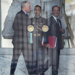 Francois Hollande (d) cammina insieme al primo ministro Jean-Marc Ayrault (s) (Reuters)