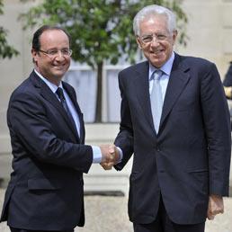 Francois Hollande e Mario Monti (Epa)