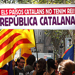 Nella foto la gente sventolan bandiere a strisce rosse e gialle catalane per la Giornata Nazionale Catalana lo scorso 11 settembre 2012 (AFP Photo)