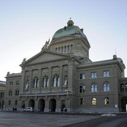 La Grecia batte l'Italia: lunedì l'accordo con la Svizzera per tassare i capitali. Nella foto il parlamento di Berna (Olycom)
