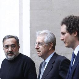 Nella foto l'ad di fiat Sergio Marchionne, il presidente, John Elkann e il premier Mario Monti (Ansa)