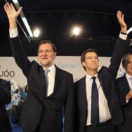 Mariano Rajoy con il presidente della Galizia, Alberto Nunez (Epa)