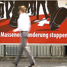 «Stop all'immigrazione di massa». Così recita un manifesto a Zurigo