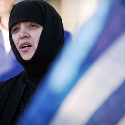 Una suora ortodossa partecipa alla protesta contro la costruzione di una moschea nel centro di Atene (Afp)