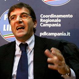 La procura di Napoli chiede l'arresto di Nicola Cosentino, ex sottosegretario Pdl
