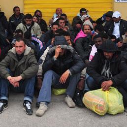 A Lampedusa gli abitanti occupano il municipio. Emergenza sanitaria se non si svuota subito l'isola