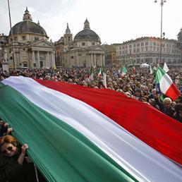"""Una lunga bandiera tricolore percorre le strade di Roma durante la manifestazione """"C DAY"""" per la difesa della costituzione il 12 marzo 2011 (ANSA/ALESSANDRO DI MEO)"""