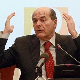 Bersani ironico: scrivano Repubblica fondata su Scilipoti. L'Idv insorge: è attentato alla democrazia (Ansa)