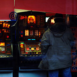 Mille euro a testa spesi per gioco (Fotogramma)