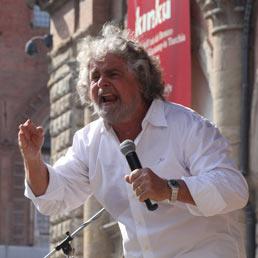 Beppe Grillo durante la manifestazione del Movimento Cinque stelle, a sostegno della candidatura a sindaco di Massimo Bugani, il 7 maggio 2011 in piazza Maggiore a Bologna (ANSA)