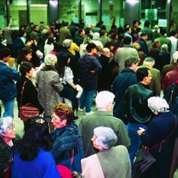 Code di pensionati all'uffcio postale (Afp)