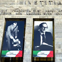 Gigantografie di Ambrosoli, Alessandrini e Galli, vittime del terrorismo, sulla facciata del palazzo di giustizia, per la giornata della memoria delle vittime del terrorismo (Fotogramma)