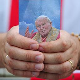 A Roma in 150mila alla messa che conclude le celebrazioni per papa Wojtyla. Nella foto un'immaginetta di Papa Giovanni Paolo II stratta tra nelle mani di una fedele durante la messa di chiusura delle celebrazioni di beatificazione (AFP Photo)