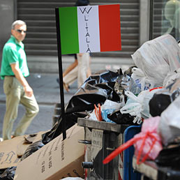 Netturbini al lavoro 24 ore su 24 per togliere dalla strada 2mila tonnellate di immondizia (Ansa)