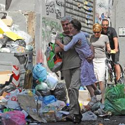 Napoli sommersa dai rifiuti. De Magistris: la città sarà liberata nonostante i sabotaggi e la camorra (Ansa)