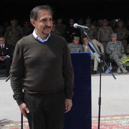 militare maglioncino una La a in cerimonia Russa gli camicia e wqvpU