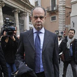 Nicola de girolamo a processo per associazione a for Parlamentare pdl