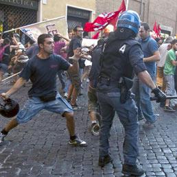 Sì alla fiducia. Bombe carta davanti a Montecitorio (Ap)