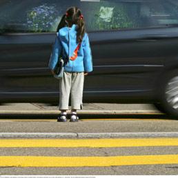 Bambina attraversa la strada sulle strisce pedonali 06/09/2004 Ex-Press Ullstein Bild / Archivi Alinari