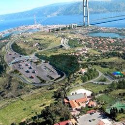 Una elaborazione grafica del progetto definitivo del ponte sullo Stretto di Messina. (Ansa)