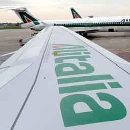 Alitalia, sì del cda ad aumento di capitale da 100 milioni. Il rosso peggiora a 294 milioni