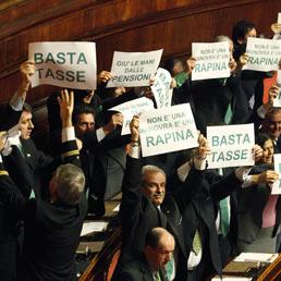 Protesta tra i banchi della Lega durante l'intervento del Presidente del Consiglio Mario Monti in aula del Senato (Ansa)