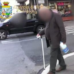 Roma, Gdf scopre finto cieco che passeggia senza accompagnamento