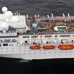 Costa Allegra raggiunta da un peschereccio e rimorchiata verso le Seychelles. Nella foto una fotografia scattata dalla Marina indiana, datata 27 febbraio 2012 e pubblicata oggi dall'Ufficio del Presidente delle Seychelles, mostra la Costa Allegra alla deriva (Epa)