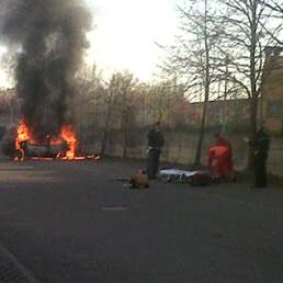 I primi soccorsi all'uomo, un italiano di 58 anni, che si è dato fuoco alle 8 del 28 marzo (Ansa)