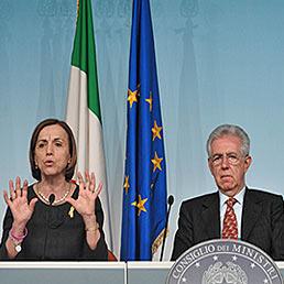 Il ministro del Welfare, Elsa Fornero (a sinistra) e il presidente del Consiglio, Mario Monti, durante la conferenza stampa al termine dell'incontro del Governo con le parti sociali (LaPresse)