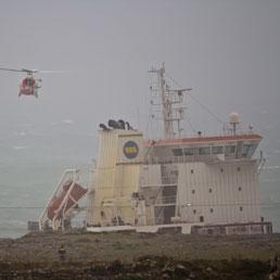Nella foto la petroliera incagliata (Foto di Alessandro Castelli)